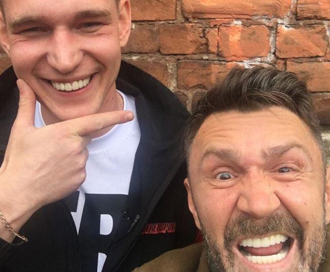 «Вечерний Ургант» снял пародию нарэп-баттл «Версус» при участии Сергея Шнурова